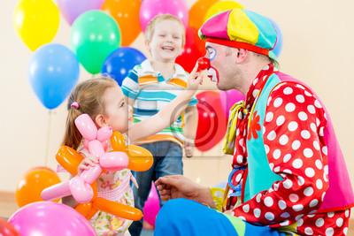 Счастливые дети и клоун на день рождения, 30x20 см, на бумагеКлоунада<br>Постер на холсте или бумаге. Любого нужного вам размера. В раме или без. Подвес в комплекте. Трехслойная надежная упаковка. Доставим в любую точку России. Вам осталось только повесить картину на стену!<br>