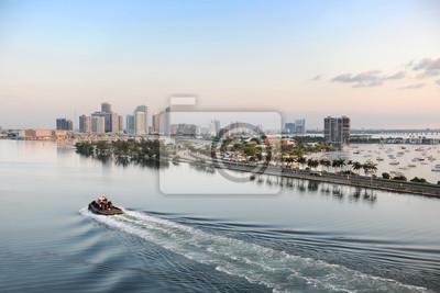 Постер Города и карты Вид с воздуха Порт Майами, 30x20 см, на бумагеМайами<br>Постер на холсте или бумаге. Любого нужного вам размера. В раме или без. Подвес в комплекте. Трехслойная надежная упаковка. Доставим в любую точку России. Вам осталось только повесить картину на стену!<br>