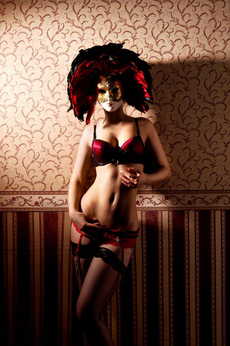 Молодая женщина в красном белье и венецианские маски, 20x30 см, на бумагеФотоэротика<br>Постер на холсте или бумаге. Любого нужного вам размера. В раме или без. Подвес в комплекте. Трехслойная надежная упаковка. Доставим в любую точку России. Вам осталось только повесить картину на стену!<br>