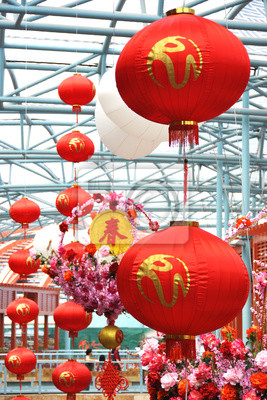 Постер Сингапур Торговый центр украшен фонарями на китайский Новый ГодСингапур<br>Постер на холсте или бумаге. Любого нужного вам размера. В раме или без. Подвес в комплекте. Трехслойная надежная упаковка. Доставим в любую точку России. Вам осталось только повесить картину на стену!<br>