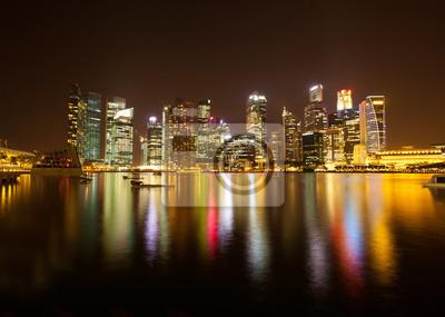 Постер Города и карты Тем сингапурского делового района в ночное время., 28x20 см, на бумагеСингапур<br>Постер на холсте или бумаге. Любого нужного вам размера. В раме или без. Подвес в комплекте. Трехслойная надежная упаковка. Доставим в любую точку России. Вам осталось только повесить картину на стену!<br>