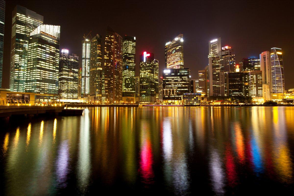 Постер Сингапур Тем Сингапура района в ночь с отражения в воде.Сингапур<br>Постер на холсте или бумаге. Любого нужного вам размера. В раме или без. Подвес в комплекте. Трехслойная надежная упаковка. Доставим в любую точку России. Вам осталось только повесить картину на стену!<br>