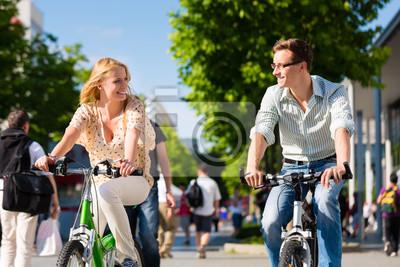 Постер Спорт Paar в Stadt f?hrt mit Fahrrad в отеле Freizeit, 30x20 см, на бумагеВелосипедисты<br>Постер на холсте или бумаге. Любого нужного вам размера. В раме или без. Подвес в комплекте. Трехслойная надежная упаковка. Доставим в любую точку России. Вам осталось только повесить картину на стену!<br>