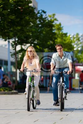 Постер Велосипедисты Paar в Stadt f?hrt mit Fahrrad в отеле FreizeitВелосипедисты<br>Постер на холсте или бумаге. Любого нужного вам размера. В раме или без. Подвес в комплекте. Трехслойная надежная упаковка. Доставим в любую точку России. Вам осталось только повесить картину на стену!<br>