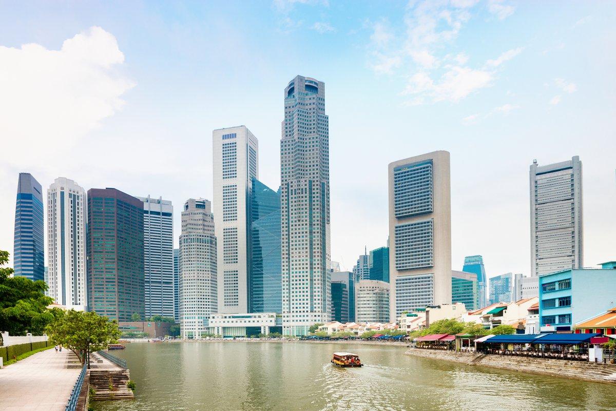 Постер Сингапур Сингапур набережной с небоскребами и ресторановСингапур<br>Постер на холсте или бумаге. Любого нужного вам размера. В раме или без. Подвес в комплекте. Трехслойная надежная упаковка. Доставим в любую точку России. Вам осталось только повесить картину на стену!<br>