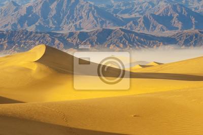Постер Африканский пейзаж Пустынные Песчаные Дюны в Долине СмертиАфриканский пейзаж<br>Постер на холсте или бумаге. Любого нужного вам размера. В раме или без. Подвес в комплекте. Трехслойная надежная упаковка. Доставим в любую точку России. Вам осталось только повесить картину на стену!<br>