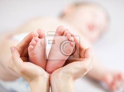 Постер Мать руках маленькие детские ножкиДети<br>Постер на холсте или бумаге. Любого нужного вам размера. В раме или без. Подвес в комплекте. Трехслойная надежная упаковка. Доставим в любую точку России. Вам осталось только повесить картину на стену!<br>