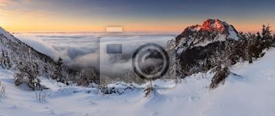Постер Словакия Зимой горы панорама на закате - СловакияСловакия<br>Постер на холсте или бумаге. Любого нужного вам размера. В раме или без. Подвес в комплекте. Трехслойная надежная упаковка. Доставим в любую точку России. Вам осталось только повесить картину на стену!<br>