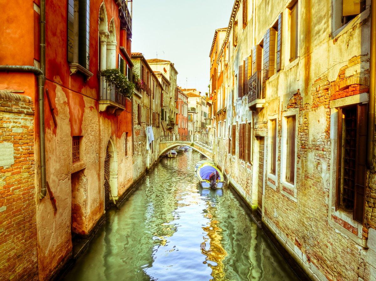 Постер Венеция Канал в Венеции, ИталияВенеция<br>Постер на холсте или бумаге. Любого нужного вам размера. В раме или без. Подвес в комплекте. Трехслойная надежная упаковка. Доставим в любую точку России. Вам осталось только повесить картину на стену!<br>
