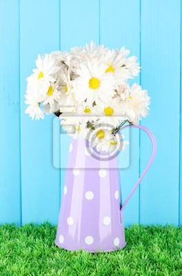 Постер Ромашки Цветы в вазе на траве в голубом фонеРомашки<br>Постер на холсте или бумаге. Любого нужного вам размера. В раме или без. Подвес в комплекте. Трехслойная надежная упаковка. Доставим в любую точку России. Вам осталось только повесить картину на стену!<br>