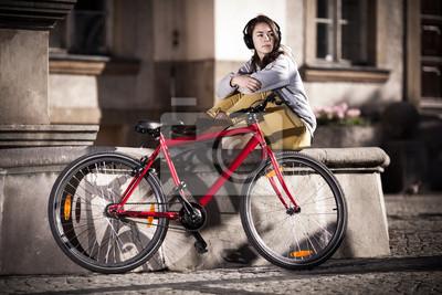 Постер Велосипедисты Городской велосипед - девушка-подросток, и велосипед в городеВелосипедисты<br>Постер на холсте или бумаге. Любого нужного вам размера. В раме или без. Подвес в комплекте. Трехслойная надежная упаковка. Доставим в любую точку России. Вам осталось только повесить картину на стену!<br>