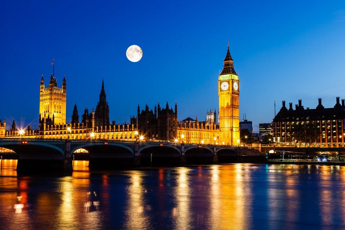 Постер Лондон Полная Луна над Биг-Беном и зданием парламентаЛондон<br>Постер на холсте или бумаге. Любого нужного вам размера. В раме или без. Подвес в комплекте. Трехслойная надежная упаковка. Доставим в любую точку России. Вам осталось только повесить картину на стену!<br>