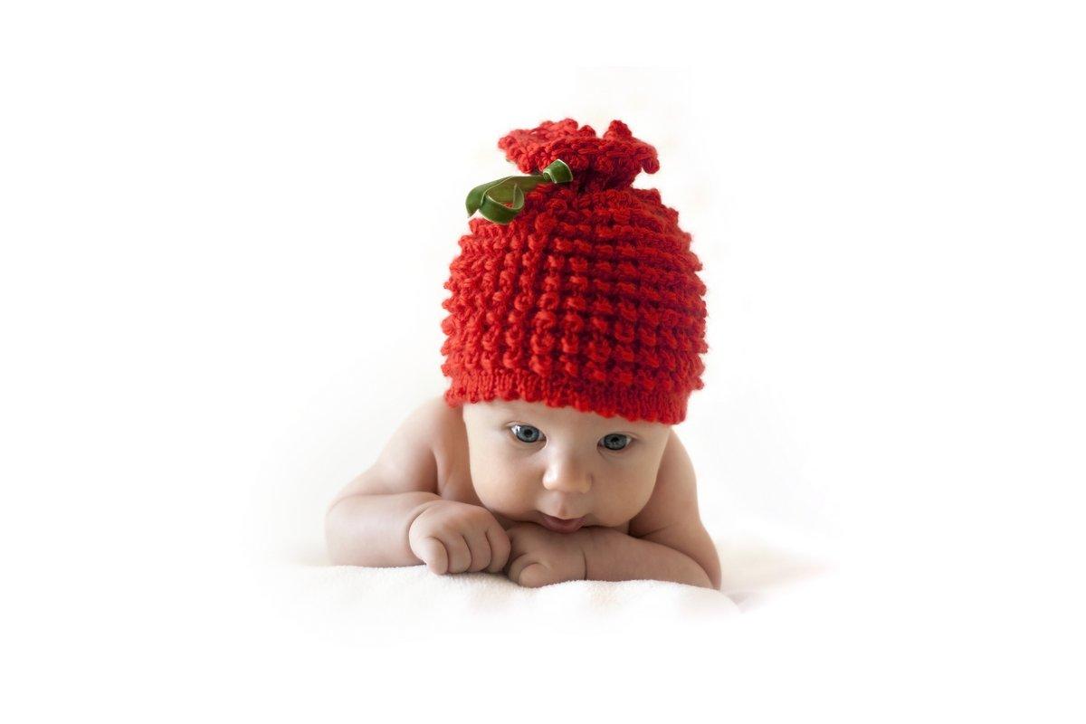 Постер Милые новорожденного ребенка в красных ягод capДети<br>Постер на холсте или бумаге. Любого нужного вам размера. В раме или без. Подвес в комплекте. Трехслойная надежная упаковка. Доставим в любую точку России. Вам осталось только повесить картину на стену!<br>