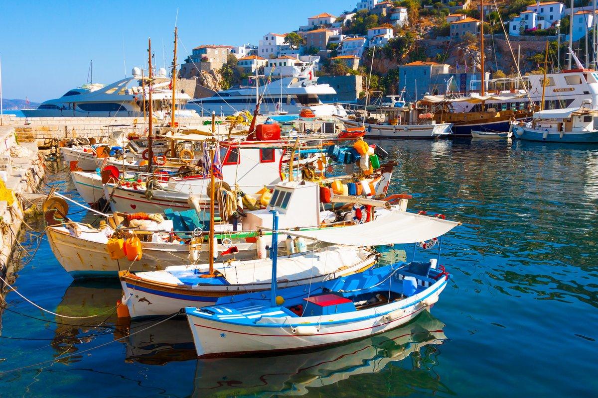 Постер Греция Рыбацкие лодки в греческом острове Гидра Saronikos заливаГреция<br>Постер на холсте или бумаге. Любого нужного вам размера. В раме или без. Подвес в комплекте. Трехслойная надежная упаковка. Доставим в любую точку России. Вам осталось только повесить картину на стену!<br>