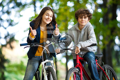 Постер Велосипедисты Молодые люди, езда на велосипедеВелосипедисты<br>Постер на холсте или бумаге. Любого нужного вам размера. В раме или без. Подвес в комплекте. Трехслойная надежная упаковка. Доставим в любую точку России. Вам осталось только повесить картину на стену!<br>