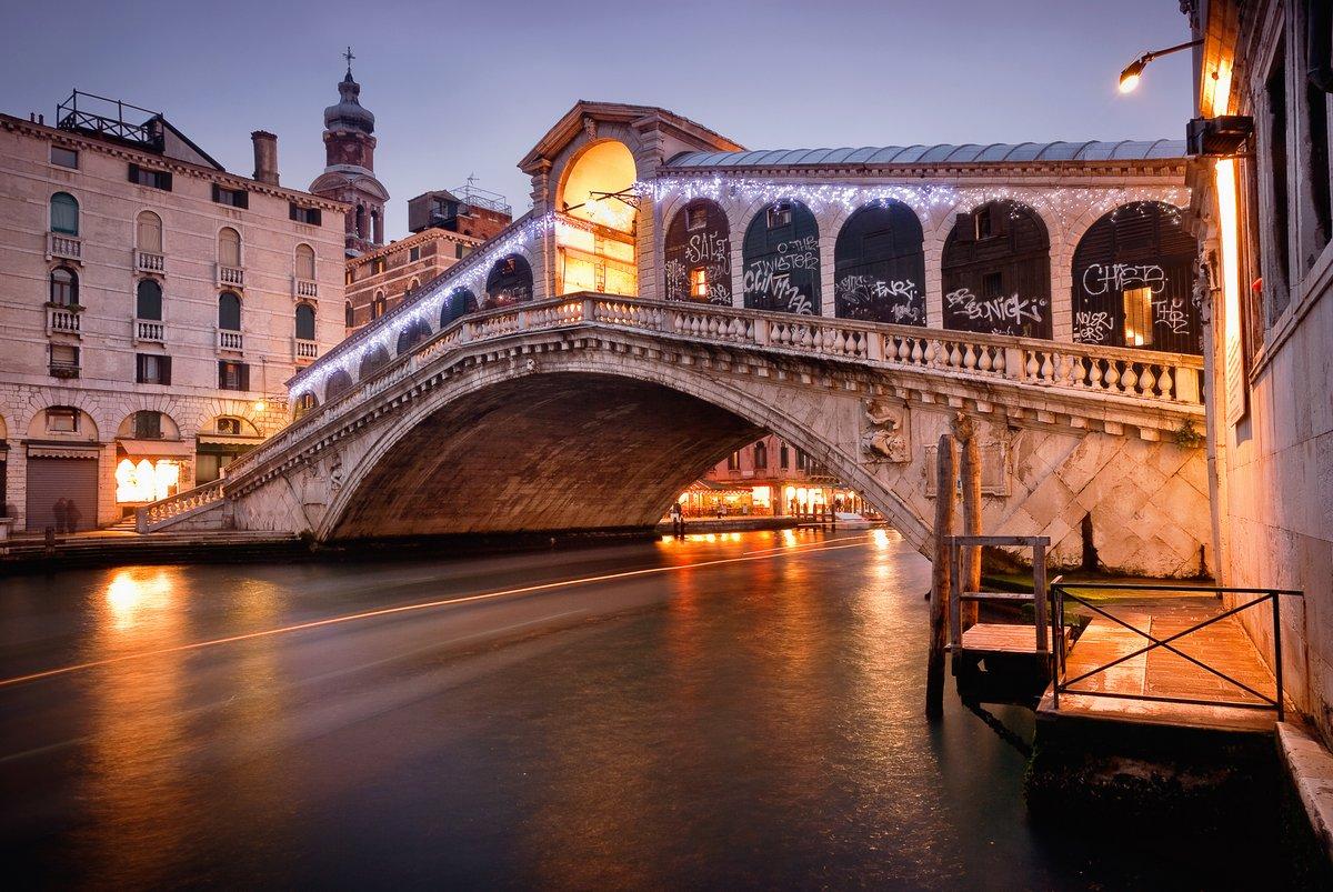 Постер Венеция Мост Риальто - ВенецияВенеция<br>Постер на холсте или бумаге. Любого нужного вам размера. В раме или без. Подвес в комплекте. Трехслойная надежная упаковка. Доставим в любую точку России. Вам осталось только повесить картину на стену!<br>