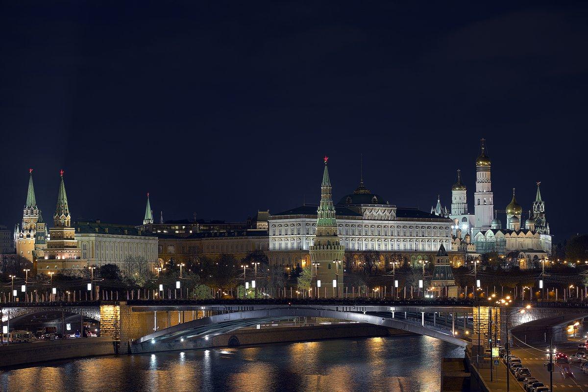 Постер Москва Московский Кремль вечером смотретьМосква<br>Постер на холсте или бумаге. Любого нужного вам размера. В раме или без. Подвес в комплекте. Трехслойная надежная упаковка. Доставим в любую точку России. Вам осталось только повесить картину на стену!<br>