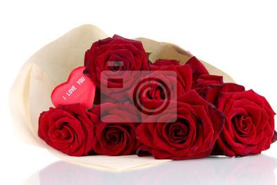 Постер Розы Красивый букет из красных роз с Валентином, изолированных на беломРозы<br>Постер на холсте или бумаге. Любого нужного вам размера. В раме или без. Подвес в комплекте. Трехслойная надежная упаковка. Доставим в любую точку России. Вам осталось только повесить картину на стену!<br>
