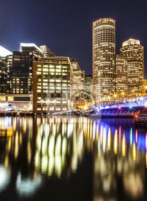 Постер Бостон Boston Harbor и Финансового Района в НочьБостон<br>Постер на холсте или бумаге. Любого нужного вам размера. В раме или без. Подвес в комплекте. Трехслойная надежная упаковка. Доставим в любую точку России. Вам осталось только повесить картину на стену!<br>