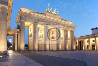 Постер Берлин Бранденбургские ворота на ночь, БерлинБерлин<br>Постер на холсте или бумаге. Любого нужного вам размера. В раме или без. Подвес в комплекте. Трехслойная надежная упаковка. Доставим в любую точку России. Вам осталось только повесить картину на стену!<br>
