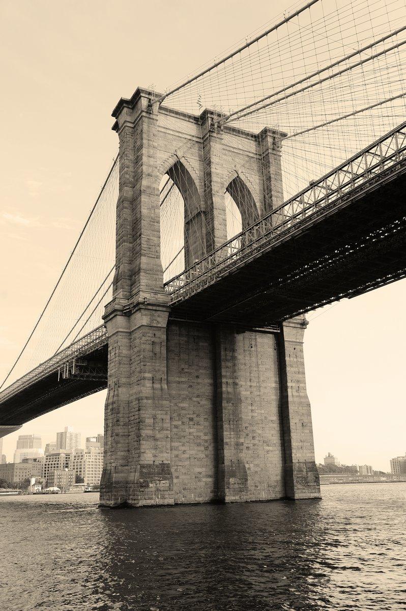 Постер Нью-Йорк Бруклинский Мост черный и белыйНью-Йорк<br>Постер на холсте или бумаге. Любого нужного вам размера. В раме или без. Подвес в комплекте. Трехслойная надежная упаковка. Доставим в любую точку России. Вам осталось только повесить картину на стену!<br>