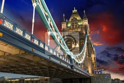Постер Лондон Знаменитый Тауэрский Мост ночьюЛондон<br>Постер на холсте или бумаге. Любого нужного вам размера. В раме или без. Подвес в комплекте. Трехслойная надежная упаковка. Доставим в любую точку России. Вам осталось только повесить картину на стену!<br>