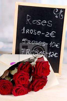 Постер Розы Прекрасный букет из красных роз с доски, на их продажуРозы<br>Постер на холсте или бумаге. Любого нужного вам размера. В раме или без. Подвес в комплекте. Трехслойная надежная упаковка. Доставим в любую точку России. Вам осталось только повесить картину на стену!<br>