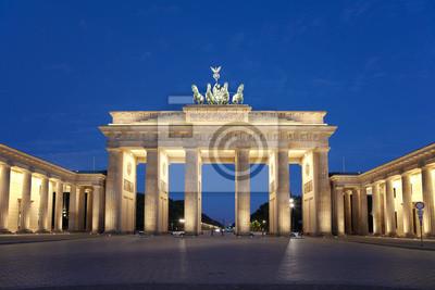 Постер Берлин Берлин, Бранденбургские ворота в ночьБерлин<br>Постер на холсте или бумаге. Любого нужного вам размера. В раме или без. Подвес в комплекте. Трехслойная надежная упаковка. Доставим в любую точку России. Вам осталось только повесить картину на стену!<br>