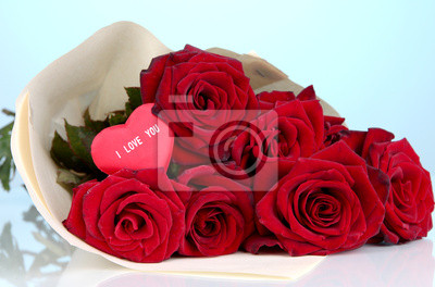 Постер Розы Красивый букет из красных роз с Валентином на голубомРозы<br>Постер на холсте или бумаге. Любого нужного вам размера. В раме или без. Подвес в комплекте. Трехслойная надежная упаковка. Доставим в любую точку России. Вам осталось только повесить картину на стену!<br>