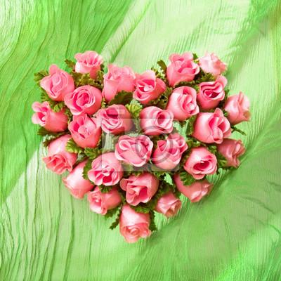 Постер Розы Розовые розы сердце на зеленой ткани, драпировкиРозы<br>Постер на холсте или бумаге. Любого нужного вам размера. В раме или без. Подвес в комплекте. Трехслойная надежная упаковка. Доставим в любую точку России. Вам осталось только повесить картину на стену!<br>