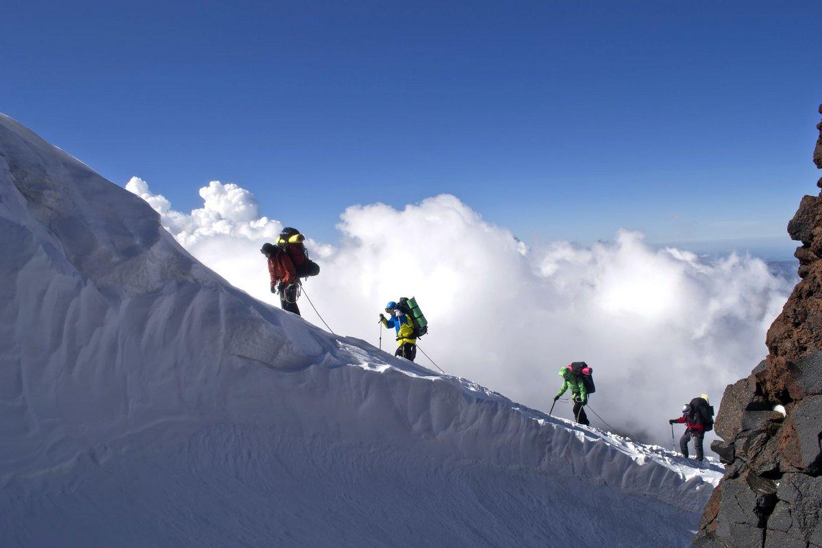 Постер Пейзаж горный Альпинисты в горахПейзаж горный<br>Постер на холсте или бумаге. Любого нужного вам размера. В раме или без. Подвес в комплекте. Трехслойная надежная упаковка. Доставим в любую точку России. Вам осталось только повесить картину на стену!<br>