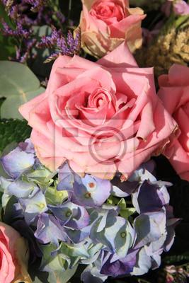 Постер Розы Розовые розы и голубые гортензииРозы<br>Постер на холсте или бумаге. Любого нужного вам размера. В раме или без. Подвес в комплекте. Трехслойная надежная упаковка. Доставим в любую точку России. Вам осталось только повесить картину на стену!<br>