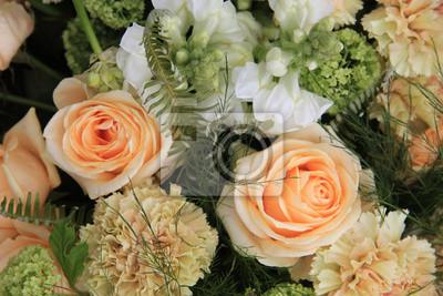 Постер Розы Гвоздики и розы, в светло-оранжевыйРозы<br>Постер на холсте или бумаге. Любого нужного вам размера. В раме или без. Подвес в комплекте. Трехслойная надежная упаковка. Доставим в любую точку России. Вам осталось только повесить картину на стену!<br>
