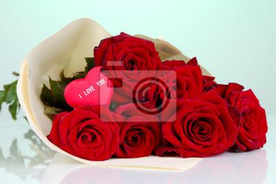 Постер Розы Красивый букет из красных роз с ВалентиномРозы<br>Постер на холсте или бумаге. Любого нужного вам размера. В раме или без. Подвес в комплекте. Трехслойная надежная упаковка. Доставим в любую точку России. Вам осталось только повесить картину на стену!<br>