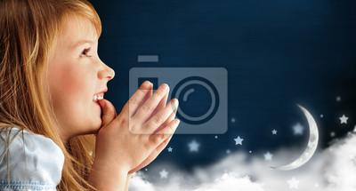 Постер Портрет немного улыбаясь молится девушка в синем платье против daДети<br>Постер на холсте или бумаге. Любого нужного вам размера. В раме или без. Подвес в комплекте. Трехслойная надежная упаковка. Доставим в любую точку России. Вам осталось только повесить картину на стену!<br>