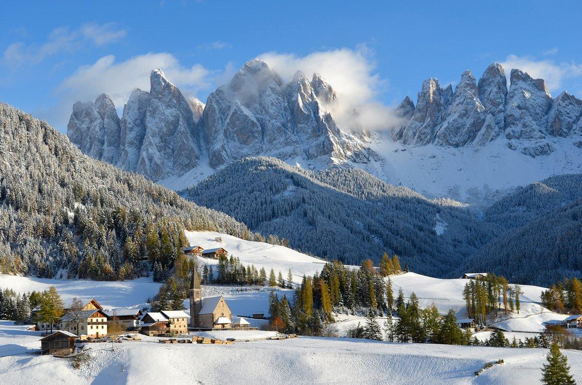 Постер Альпийский пейзаж Санкт-Магдалена зимойАльпийский пейзаж<br>Постер на холсте или бумаге. Любого нужного вам размера. В раме или без. Подвес в комплекте. Трехслойная надежная упаковка. Доставим в любую точку России. Вам осталось только повесить картину на стену!<br>