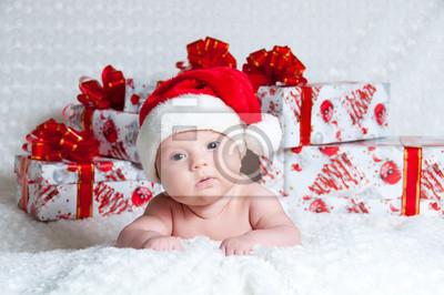 Постер Новорожденный мальчик Санта-Клауса с подарками на РождествоДети<br>Постер на холсте или бумаге. Любого нужного вам размера. В раме или без. Подвес в комплекте. Трехслойная надежная упаковка. Доставим в любую точку России. Вам осталось только повесить картину на стену!<br>