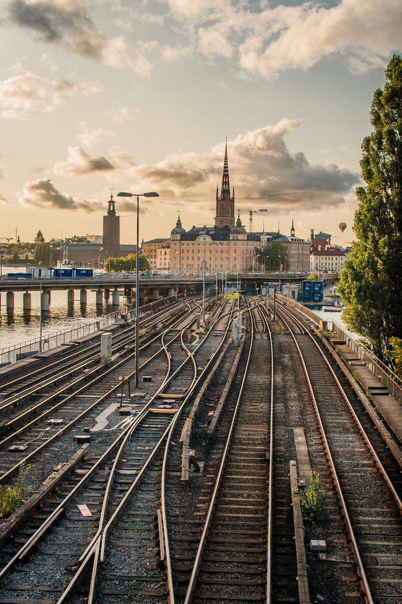 Постер Стокгольм Железная дорога в городСтокгольм<br>Постер на холсте или бумаге. Любого нужного вам размера. В раме или без. Подвес в комплекте. Трехслойная надежная упаковка. Доставим в любую точку России. Вам осталось только повесить картину на стену!<br>