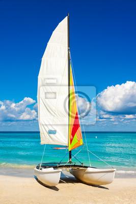 Постер Куба Парусные лодки в тропическом пляже в КубеКуба<br>Постер на холсте или бумаге. Любого нужного вам размера. В раме или без. Подвес в комплекте. Трехслойная надежная упаковка. Доставим в любую точку России. Вам осталось только повесить картину на стену!<br>