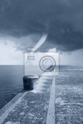 Постер Ураган, буря, торнадо Смерч на море под драматическое небоУраган, буря, торнадо<br>Постер на холсте или бумаге. Любого нужного вам размера. В раме или без. Подвес в комплекте. Трехслойная надежная упаковка. Доставим в любую точку России. Вам осталось только повесить картину на стену!<br>