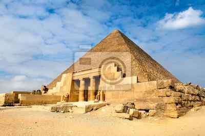 Постер Пейзаж песчаный Вид на один из самых Великих Пирамид в Гизе, ЕгипетПейзаж песчаный<br>Постер на холсте или бумаге. Любого нужного вам размера. В раме или без. Подвес в комплекте. Трехслойная надежная упаковка. Доставим в любую точку России. Вам осталось только повесить картину на стену!<br>