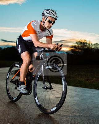 Постер Спорт Triathlet auf dem Fahrrad, 20x25 см, на бумагеВелосипедисты<br>Постер на холсте или бумаге. Любого нужного вам размера. В раме или без. Подвес в комплекте. Трехслойная надежная упаковка. Доставим в любую точку России. Вам осталось только повесить картину на стену!<br>