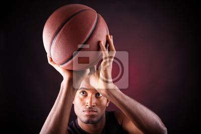 Постер Баскетбол Портрет молодого мужчины баскетболист, против черных backgrБаскетбол<br>Постер на холсте или бумаге. Любого нужного вам размера. В раме или без. Подвес в комплекте. Трехслойная надежная упаковка. Доставим в любую точку России. Вам осталось только повесить картину на стену!<br>
