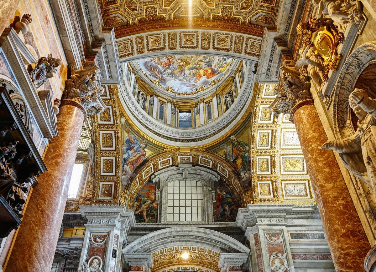 Постер Рим Интерьер базилике Святого Петра в ВатиканеРим<br>Постер на холсте или бумаге. Любого нужного вам размера. В раме или без. Подвес в комплекте. Трехслойная надежная упаковка. Доставим в любую точку России. Вам осталось только повесить картину на стену!<br>
