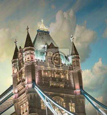 Постер Лондон Тауэрский Мост на закате с Облаками - ЛондонЛондон<br>Постер на холсте или бумаге. Любого нужного вам размера. В раме или без. Подвес в комплекте. Трехслойная надежная упаковка. Доставим в любую точку России. Вам осталось только повесить картину на стену!<br>