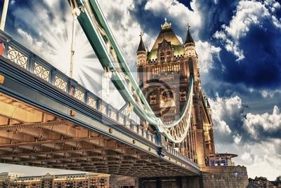 Постер Лондон Знаменитый Тауэрский Мост на закатеЛондон<br>Постер на холсте или бумаге. Любого нужного вам размера. В раме или без. Подвес в комплекте. Трехслойная надежная упаковка. Доставим в любую точку России. Вам осталось только повесить картину на стену!<br>