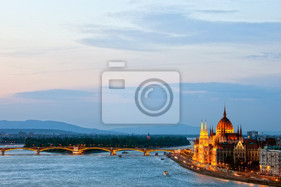 Постер Будапешт Будапешт в СумеркахБудапешт<br>Постер на холсте или бумаге. Любого нужного вам размера. В раме или без. Подвес в комплекте. Трехслойная надежная упаковка. Доставим в любую точку России. Вам осталось только повесить картину на стену!<br>