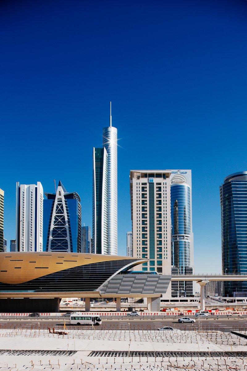 Постер Дубай Jumeirah Lakes Towers области и новая станция метро, Дубай, ОАЭДубай<br>Постер на холсте или бумаге. Любого нужного вам размера. В раме или без. Подвес в комплекте. Трехслойная надежная упаковка. Доставим в любую точку России. Вам осталось только повесить картину на стену!<br>