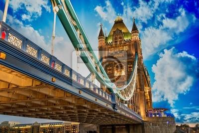 Красивые фонари Tower Bridge в Лондоне, 30x20 см, на бумагеАнглия<br>Постер на холсте или бумаге. Любого нужного вам размера. В раме или без. Подвес в комплекте. Трехслойная надежная упаковка. Доставим в любую точку России. Вам осталось только повесить картину на стену!<br>
