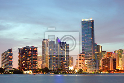 Постер Майами Майами, Флорида закат над центром зданияМайами<br>Постер на холсте или бумаге. Любого нужного вам размера. В раме или без. Подвес в комплекте. Трехслойная надежная упаковка. Доставим в любую точку России. Вам осталось только повесить картину на стену!<br>